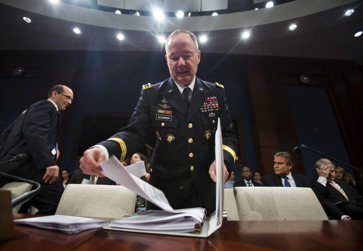 El director general de la NSA, Keith Alexander (c), se prepara para comparecer ante el Comité de Inteligencia de la Cámara de Representantes,en Washington. (EFE)