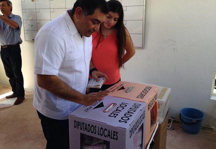 El coordinador de la campaña del PRI, Víctor Caballero Durán emite su voto en Mérida. Pidió a los actores políticos, estar a la altura de las circunstancias. (Israel Cárdenas/SIPSE)