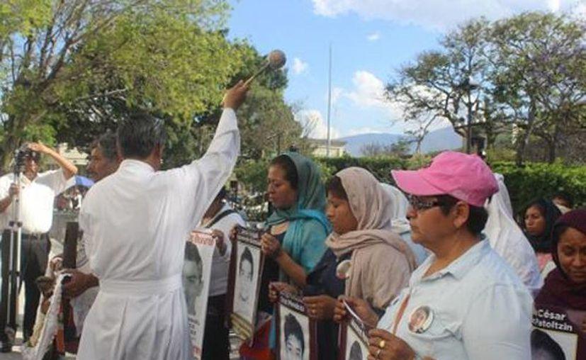 El sacerdote de la Catedral de la Asunción de María, en Chilpancingo, recibió a los padres de los 43 y los bendijo. (Rogelio Agustín/Milenio)
