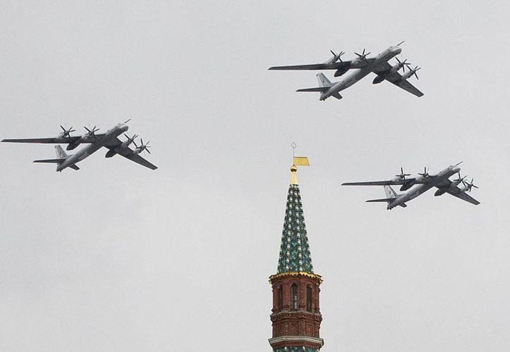 Foto de archivo del 7 de mayo de 2014 de tres bombarderos Tu-95 de la Fuerza Aérea Rusa, volando sobre la Plaza Roja durante un ensayo del desfile del Día de la Victoria, en Moscú. (Foto AP/Pavel Golovkin)