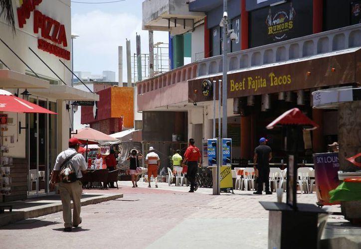 Comerciantes exigen recorridos de elementos policíacos por temporada de verano. (Israel Leal/SIPSE)