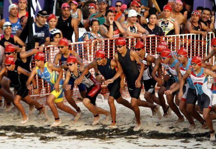 El año pasado participaron más de 300 triatletas en la competencia que se llevó a cabo en Puerto Morelos. (Redacción/SIPSE)