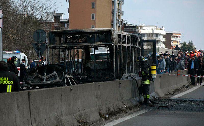 Chofer secuestra y prende fuego a autobús con 51 estudiantes en Italia