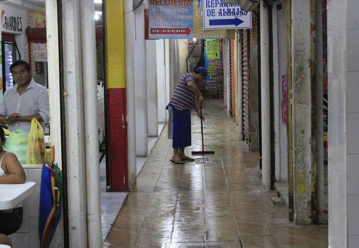 El 'mercado viejo' tiene desperfectos a pesar de que las obras de remodelación ya fueron concluidas. (Ángel Castilla/SIPSE)