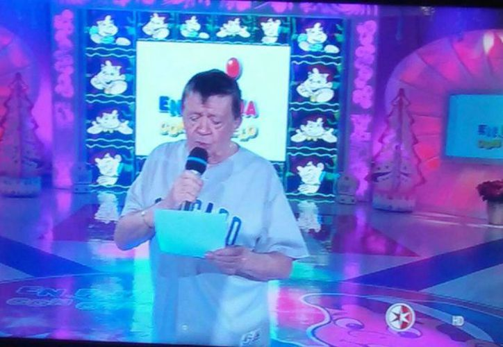 Imagen tomada de una televisión en la que se ve Chabelo leyendo la carta que le envió el presidente Enrique Peña Nieto, en el último programa de En Familia. (SIPSE)