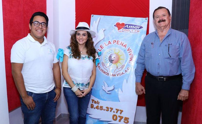 """Ángel Pinto, Elena de Tellitu y Jorge Barrera durante la transmisión del programa """"Salvemos una vida"""". (Novedades Yucatán)"""