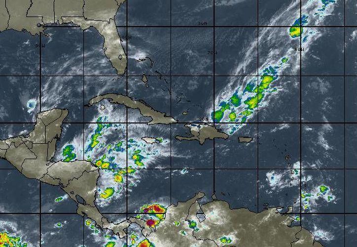 Para hoy se esperan cielo mayormente nublado, la probabilidad de lluvias es del 20%. en Chetumal. (Intellicast)