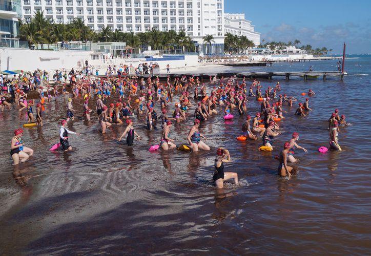 La esperada edición 2018 de 'El Cruce', arrancó en playa Caracol, en la zona hotelera. (Ivett Y Coss)