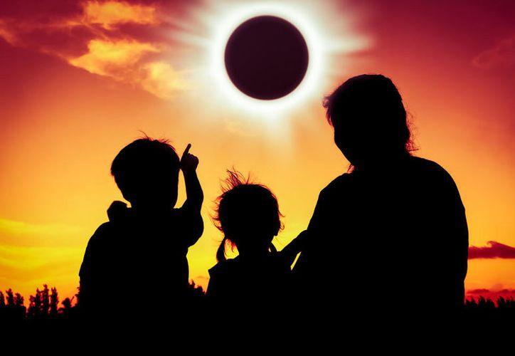 No observar el sol de manera directa durante el desarrollo del eclipse es la recomendación que hace el personal del planetario Cha'an Ka'an en Cozumel. (Shutterstock/Univision).
