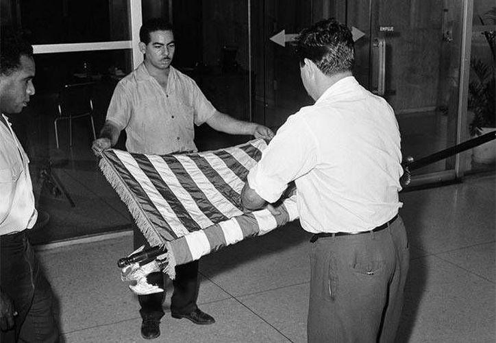 Los marines Larry Morris, Mike East y Jim Tracy, quienes en 1961 fueron los encargados de bajar la bandera de EU, se mostraron emocionados ante su regreso a Cuba. (Archivo/AP)