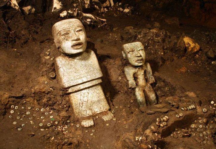 Esta imagen muestra tan sólo 2 de los más de 50 mil vestigios diversos que se hallaron al final del túnel, bajo la pirámide de Quetzalcoátl, en Teotihuacán. (AP)