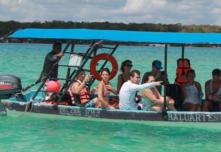 El domingo pasado, una embarcación volcó por sobrecupo en la laguna de Bacalar. (Javier Ortiz/SIPSE)