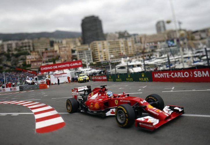 Alonso usó en las pruebas matutinas neumáticos superblandos de Pirelli sobre una pista muy mojada en Mónaco.(EFE)