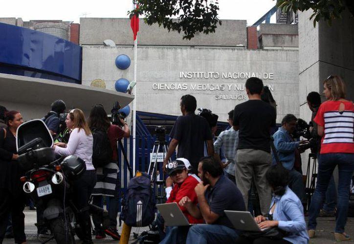 """Medios informativos esperan a las afueras del hospital del Instituto Nacional de Nutrición """"Salvador Zubirán """" en la Ciudad de México, donde permanece internado el escritor Gabriel García Márquez. (EFE)"""