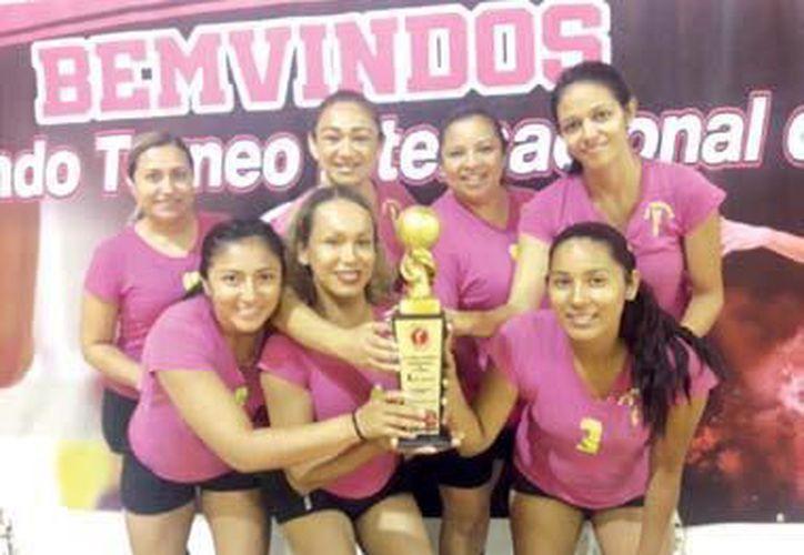"""El equipo """"Tesoros"""" ganó el primer lugar en el segundo Torneo Internacional de Cachibol Cancún 2018. (Ángel Villegas/SIPSE)"""