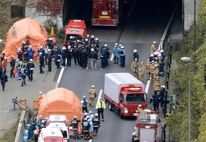 Los esfuerzos para rescatar a los sobrevivientes atrapados en el túnel se vieron obstruidos por un espeso humo. (Agencias)
