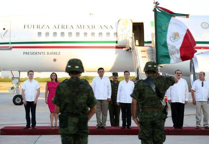 La llegada del presidente Enrique Peña Nieto al aeropuerto de Mérida. (SIPSE)