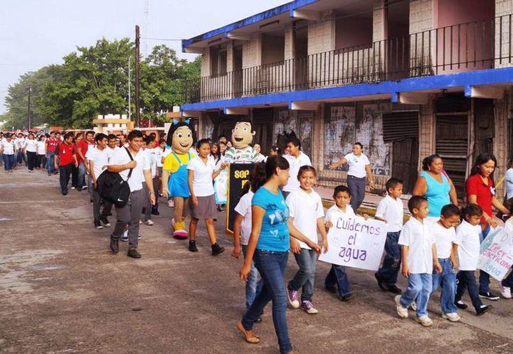 Estudiantes y maestros recorrieron las principales calles de Motul. (Milenio Novedades)