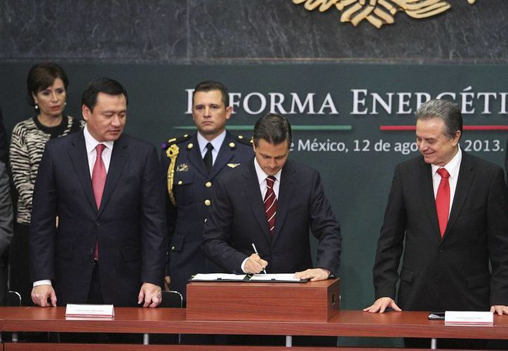 Peña Nieto (c) al presentar este lunes su propuesta en materia energética. (Notimex/Archivo)