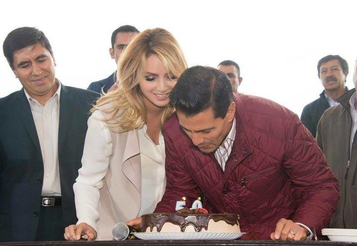 Imagen de la Primera dama acompañada de su esposo el Presidente de México, durante la celebración de su cumpleaños (Facebook Angélica Rivera)