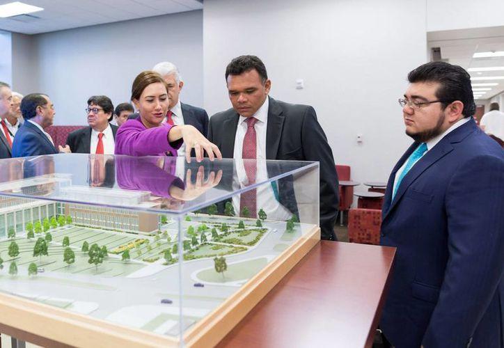 El gobernador de Yucatán, Rolando Zapata Bello, durante un recorrido por instalaciones de la Universidad de Texas A&M. (SIPSE)