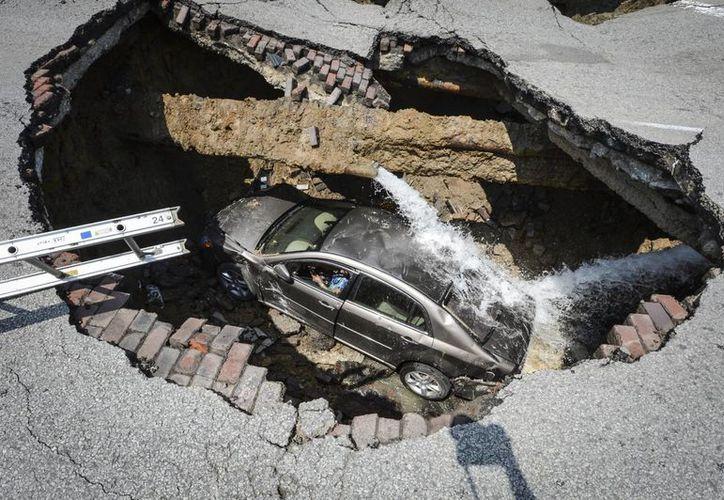 Pamela Knox, de 60 años, no resultó herida, pero fue llevada a un hospital como precaución. (Agencias)