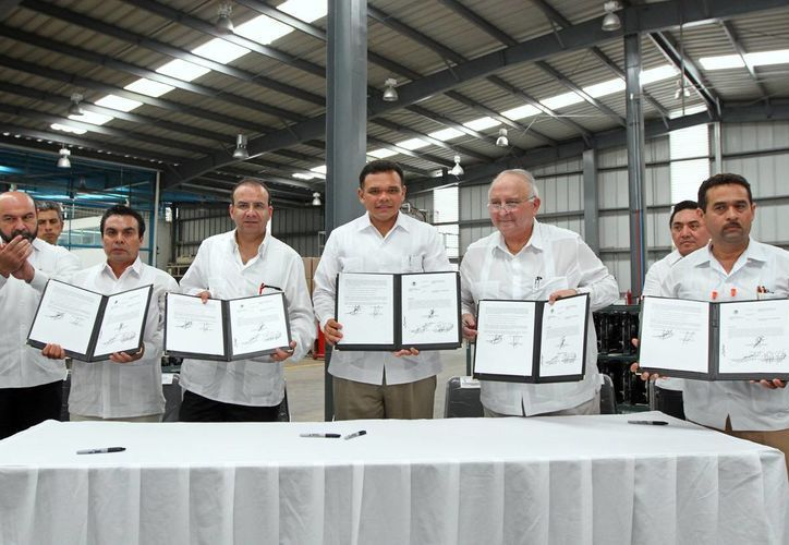 El gobernador Rolando Zapata y el titular de la STPS, Alfonso Navarrete, atestiguaron la incorporación de la empresa Air Temp de México al Programa de Autogestión en Seguridad y Salud en el Trabajo. (Cortesía)