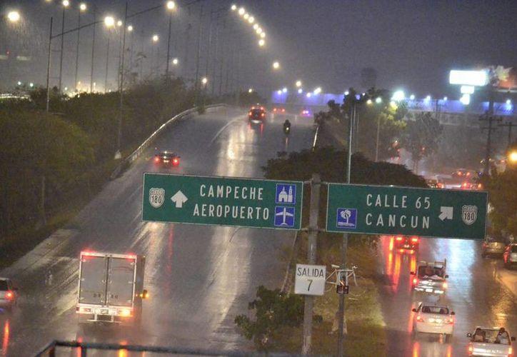 La fuerte lluvia de este jueves sorprendió a los meridanos. (Jorge Acosta/ Milenio Novedades)