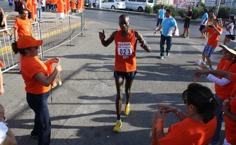 El africano arriba a la meta para agenciarse la Carrera Atlética del SNTE Sección 57. (SIPSE)