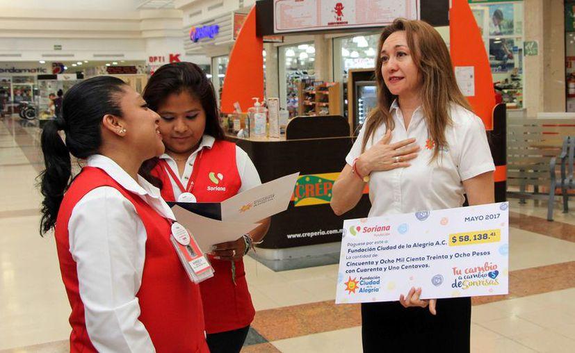 La directora general de la Fundación recibió un donativo por parte de una cadena de supermercados. (Paola Chiomante/SIPSE)