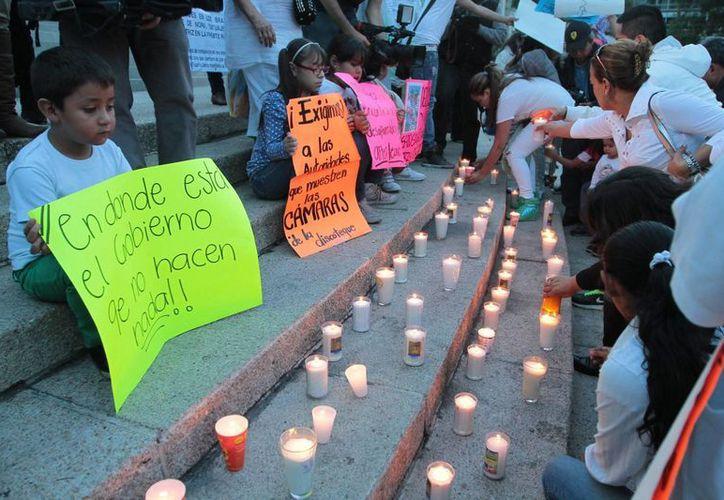 Los familiares de los desaparecidos realizaron una oración en el Ángel de la Independencia. (Notimex)