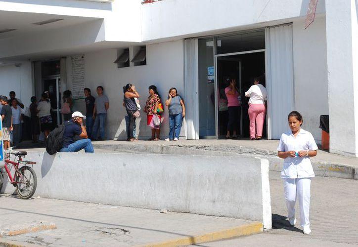 Trabajadores administrativos y operativos inconformes anunciaron que se reunirán frente al Hospital General, a las 14 horas. (Tomás Álvarez/SIPSE)