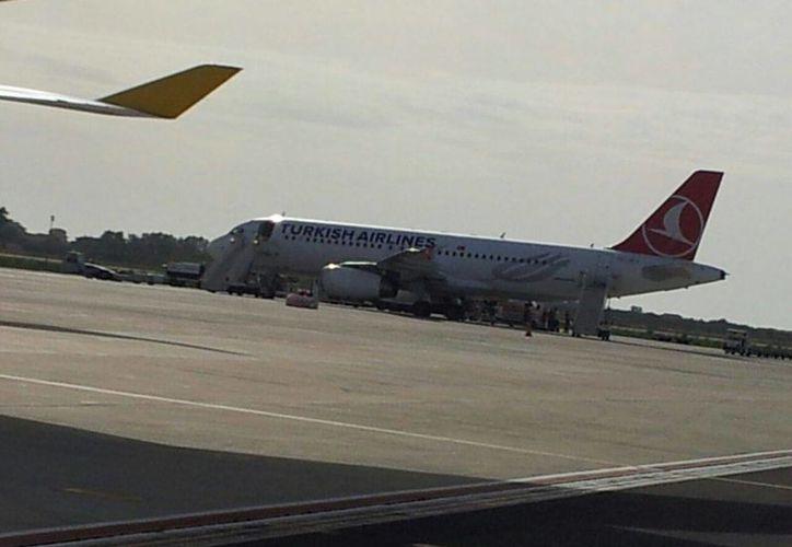 El avión fue estacionado en una zona aislada, donde fue abordado por un equipo especial de médicos. (romacapitalenews.com)
