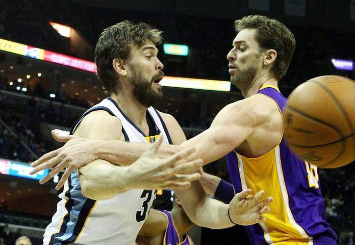 Marc Gasol de Grizzlies (i) pasa un balón ante Pau Gasol (d) de los Lakers durante el juego de la NBA en el FedExForum de Memphis, Tennessee. (EFE)