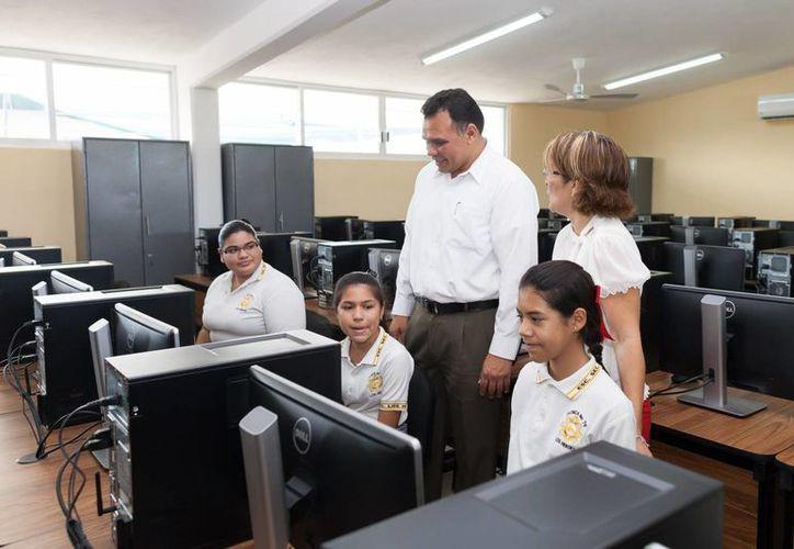 El gobernador Rolando Zapata Bello realizó un recorrido por los nuevos espacios de la Escuela Secundaria Técnica número 76 del fraccionamiento Los Héroes. (SIPSE)