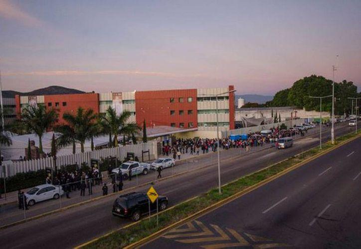 Profesores integrantes de la sección 22 de la Coordinadora Nacional de Trabajadores de la Educación (CNTE) protestaron en Oaxaca contra la Evaluación Docente que se aplica hoy. La imagen corresponde a una de las sede del examen. (Twitter: @IEEPOGobOax)