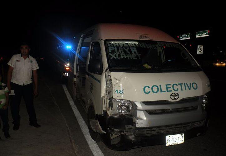 El conductor de un vehículo particular chocó contra una van foránea en Playa del Carmen. (Redacción/SIPSE).