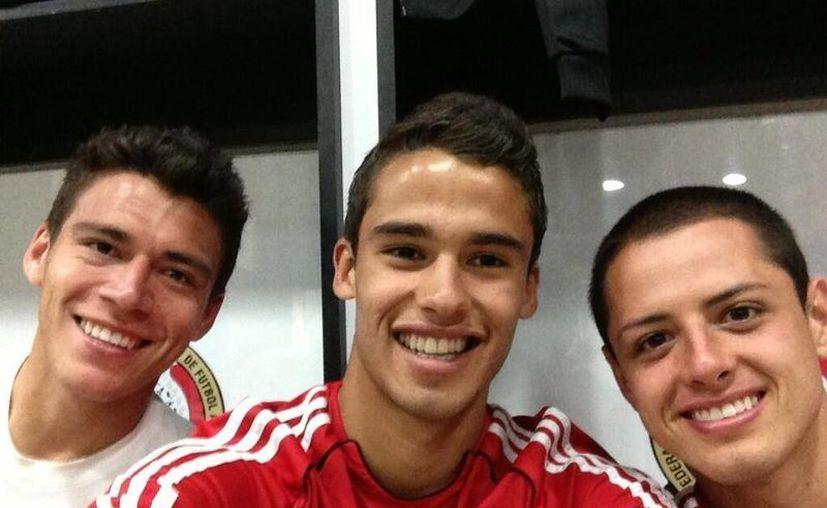 Ajeno a la sanción, Diego Reyes (centro) publica en su cuenta una foto con el 'Chicharito' saliendo de entrenar. (@Diego_Reyes13)