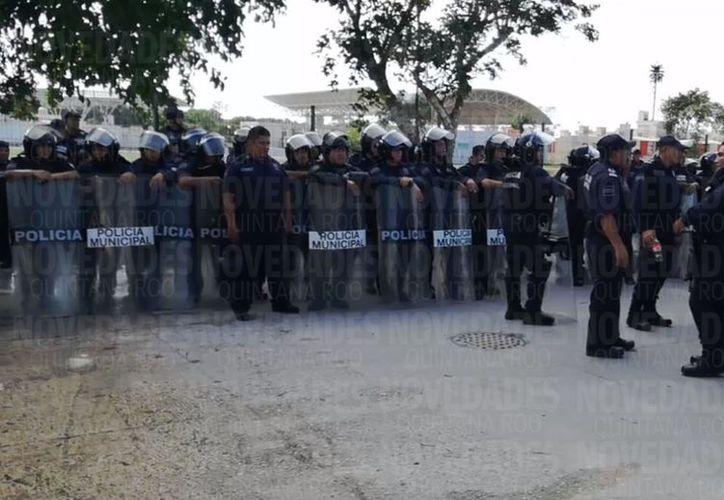 Los policías acudieron al fraccionamiento Puerto Maya para desalojar a las personas. (Foto: Redacción/SIPSE)