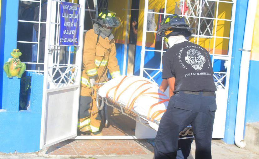 El cuerpo de bomberos ayudó a bajar el cuerpo de un segundo piso. (Redacción)