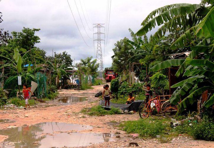 Protección Civil recorre las zonas de riesgo en Solidaridad para indicar a los pobladores, cómo reaccionar ante una contingencia meteorológica. (Daniel Pacheco/SIPSE)