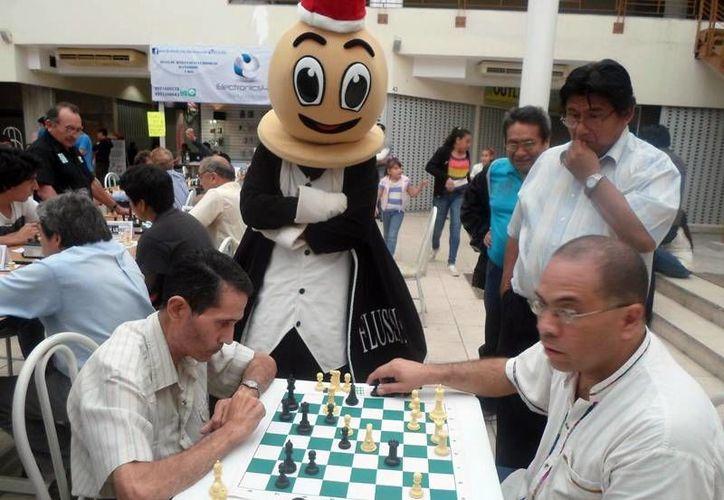 El Gran Maestro Juan Carlos González Zamora ganó el Torneo de Primera Fuerza celebrado en Plaza Diamante. En la foto, dos de los competidores. (Milenio Novedades)