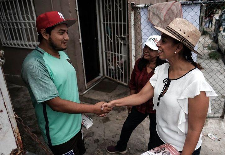 Marybel Villegas Canché recorrió los hogares de la Región 101 en compañía de Mildred Ávila Vera. (SIPSE)