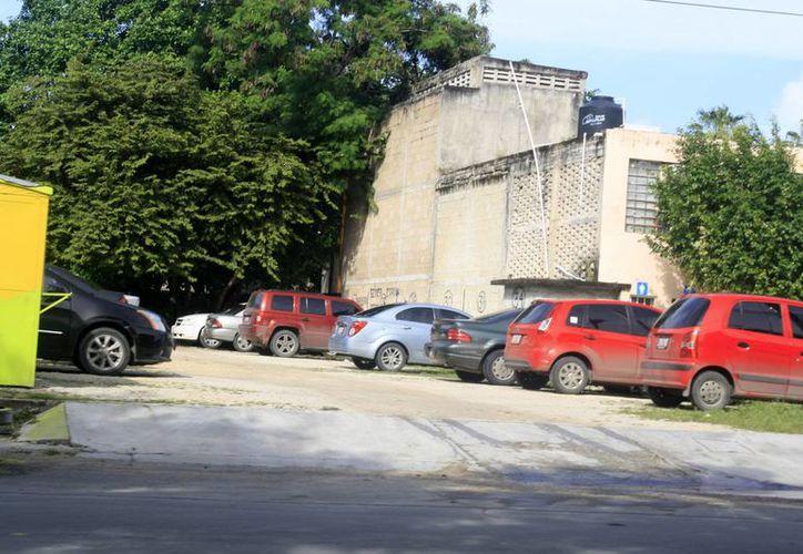 Debido al crecimiento de la ciudad, el parque vehicular se ha incrementado, al igual que los estacionamientos públicos y privados, por lo que la existencia de un reglamento se ha vuelto una necesidad. (Harold Alcocer/SIPSE)