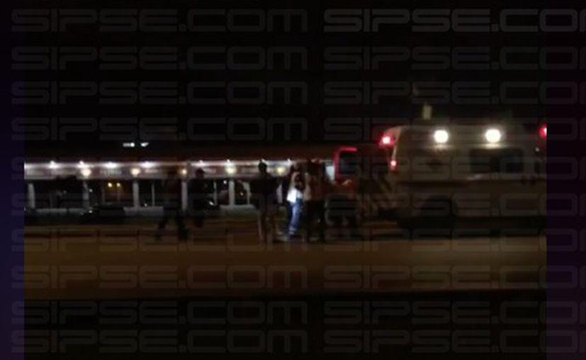 Paramédicos atienden al policía lesionado. (Redacción/SIPSE)