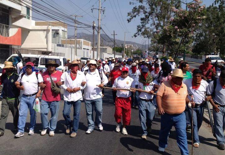 Integrantes del Movimiento Popular Guerrerense iniciaron una mega marcha en la ciudad de Chilpancingo. (Notimex)