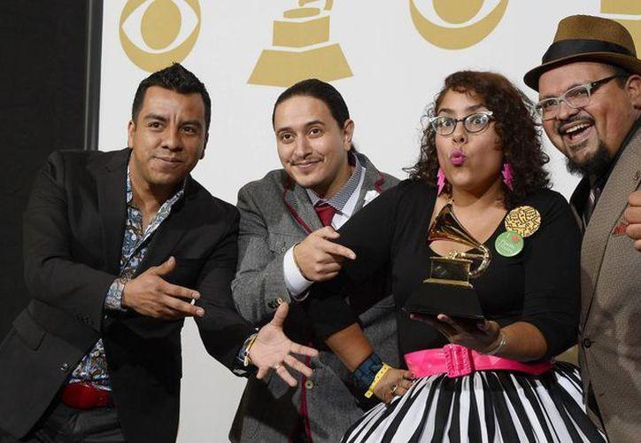 """La """"Cumbia morada"""" fue compuesta por los integrantes de la agrupación: Marisol Hernández (c), Miguel """"El Oso"""" Ramírez, Álex Bendaña y José Pepe Carlos. (EFE/Archivo)"""