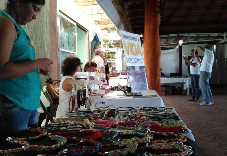El grupo de artesanos ofrecen productos desde bisutería y maderas hasta comida regional.(Ángel Castilla/SIPSE)