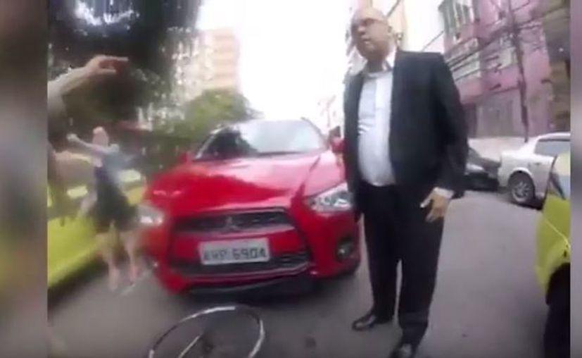En el video se ve como el  automóvil continúa avanzando, por lo que el joven termina por subirse al cofre del mismo para evitar ser atropellado. (López Dóriga Digital)