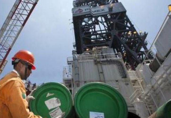 El sector petrolero de México es un factor a observar para los siguientes años. De él dependerá buena parte del crecimiento esperado para la economía mexicana. Banxico prevé que la producción podría caer hasta 2.25 millones de barriles diarios en 2017.(Archivo diarionuestromundo.com)